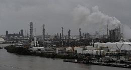 美国汽油价格达到每加仑2美元 因哈维对炼油厂造成严重破坏