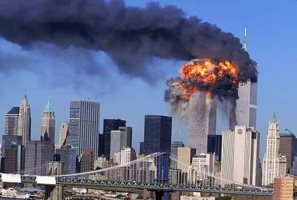 """骇人听闻的""""9.11""""事件,让美国掀起了反恐狂潮,奥巴马则下定决心将缉拿""""凶手""""作为反恐的开端"""