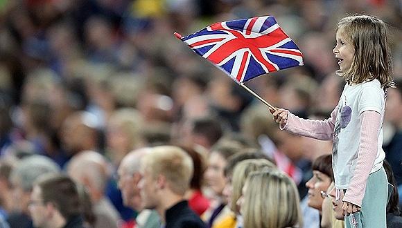 举英国国旗的小女孩