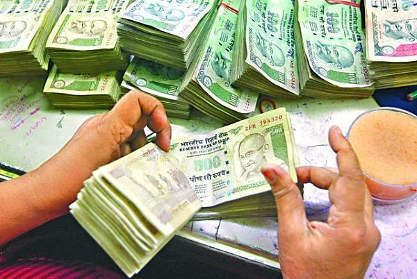 自从去年11月印度的金融危机以来,印度政府已经禁止两国的最大的钞票