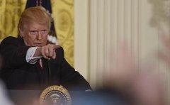 抄起棍棒!特朗普召开临时发布会怒怼媒体、法庭和情报部门