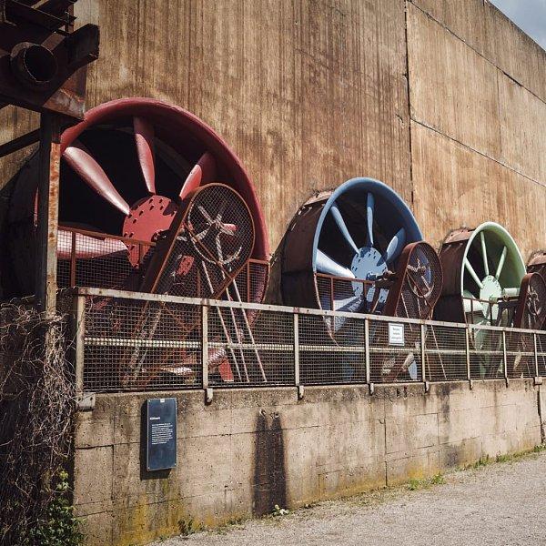 在废弃的俄罗斯工厂中发现的大型采矿农场。
