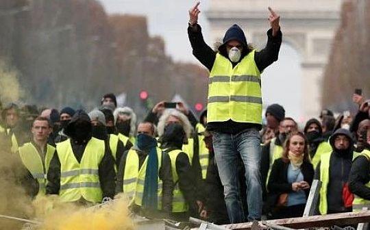 巴黎的抗议活动中有人支持比特币反对不受限制的印钞行为