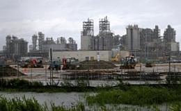 原油价格下跌 汽油价格飙升 洪水摧毁了美国近四分之一的炼油厂