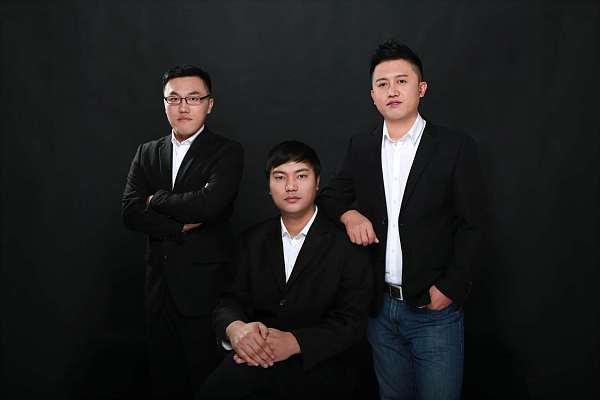 刘海峰先生(右)与STB Chain团队COO娄晓库(左)、CMO李哲(中)合影