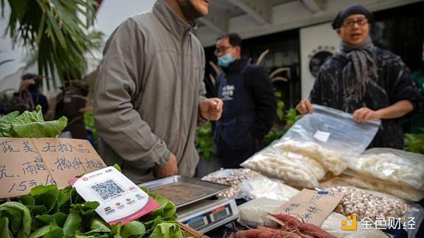 北京一家菜场的摊位上摆放着支持手机付款的二维码。(美联社)