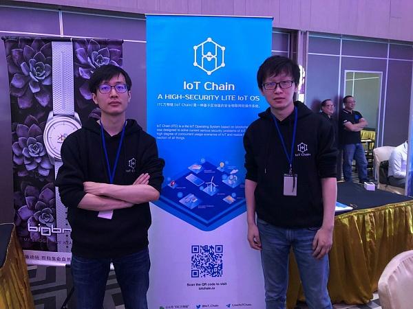 万物链联合创始人吕新浩(右)
