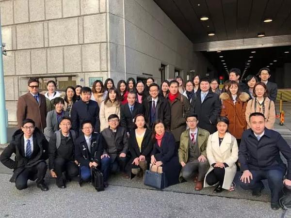 图为考察团在日本银行北门前与西垣裕的合影