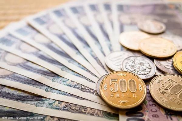 图为日元纸币与硬币